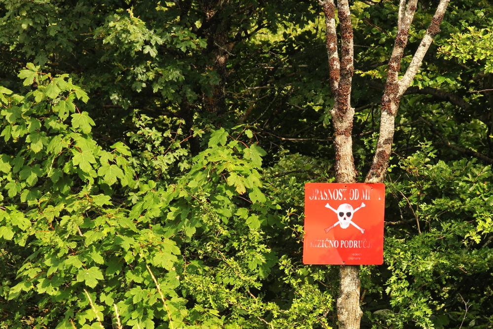 Un cartello che indica la presenza di mine, Bosnia Erzegovina (© totajla/Shutterstock)