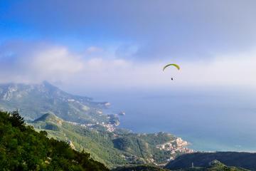 Con il parapendio sopra Budva, Montenegro (© Mateone/Shutterstock)