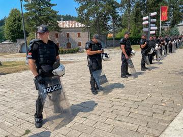 Forze di polizia schierate a Cetinje in vista delle proteste annunciate contro l'insediamento del nuovo metropolita della Chiesa ortodossa serba Joanikije - ©  Roman Tiraspolsky/Shutterstock