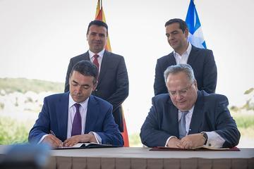La firma dell'accordo a Pespes (foto Gov. Rep. Macedonia)