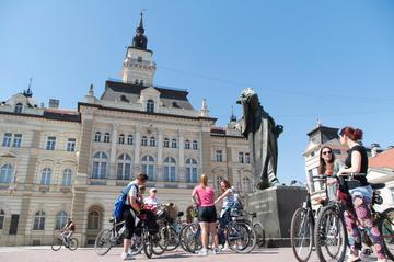Novi Sad, gruppo di ciclisti nella piazza principale © Maja Tomic/Shutterstock