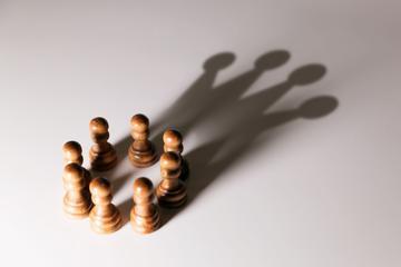 L'ombra di alcuni pedoni disegna una corona sullo sfondo © ronstik/Shuttestock