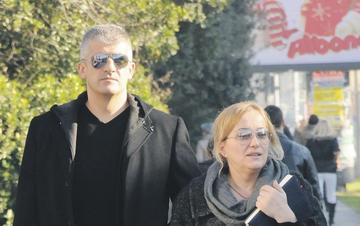 Olivera Lakić  con la scorta della polizia (foto Vijesti)