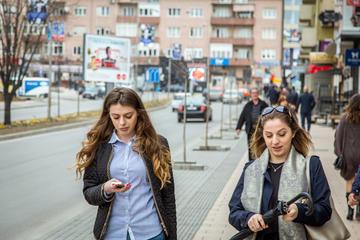 Due ragazze a Pristina, capitale del Kosovo (© JulianBuijzen/Shutterstock)