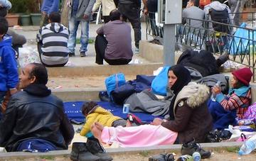 Profughi in attesa, foto Forgotten in Idomeni.jpg