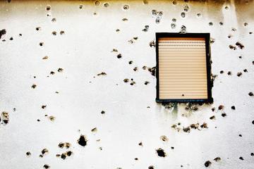 Fori di proiettili sulla facciata di una casa in Bosnia Erzegovina (© Mikael Damkier/Shutterstock)