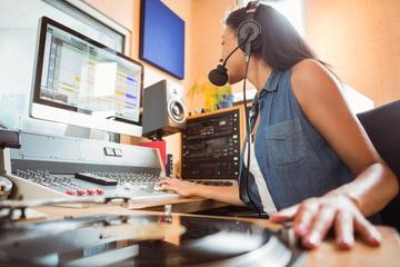 Studentessa universitaria al mixer (© wavebreakmedia/Shutterstock)