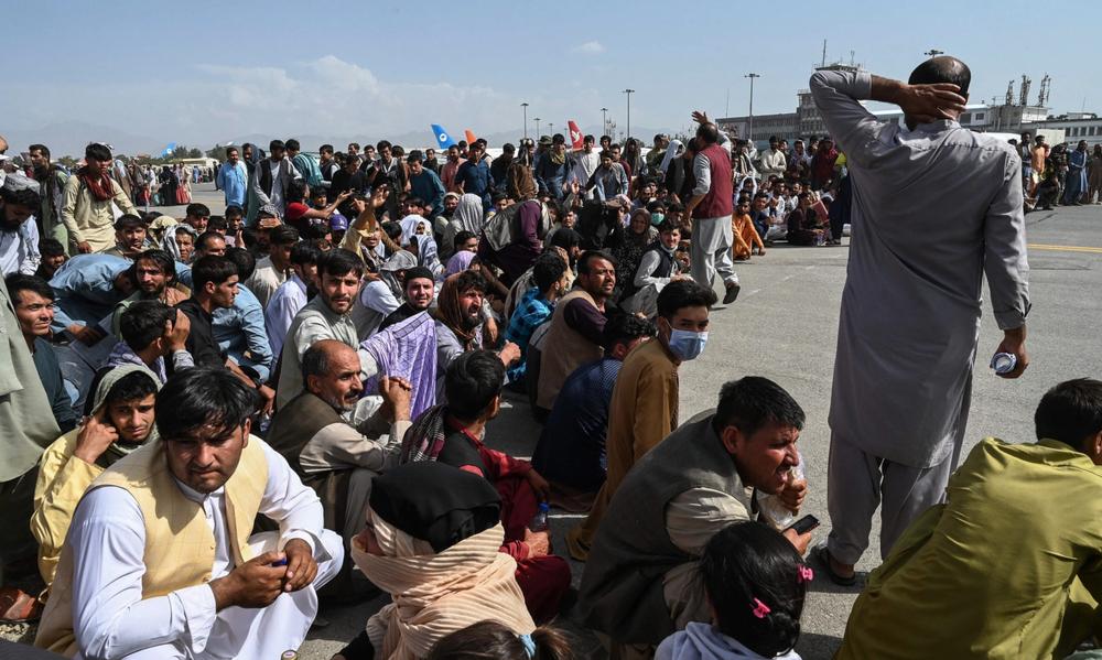 مردم در کابل منتظر 18 اوت 2021 هستند. © john smith 2021 / Shutterstock