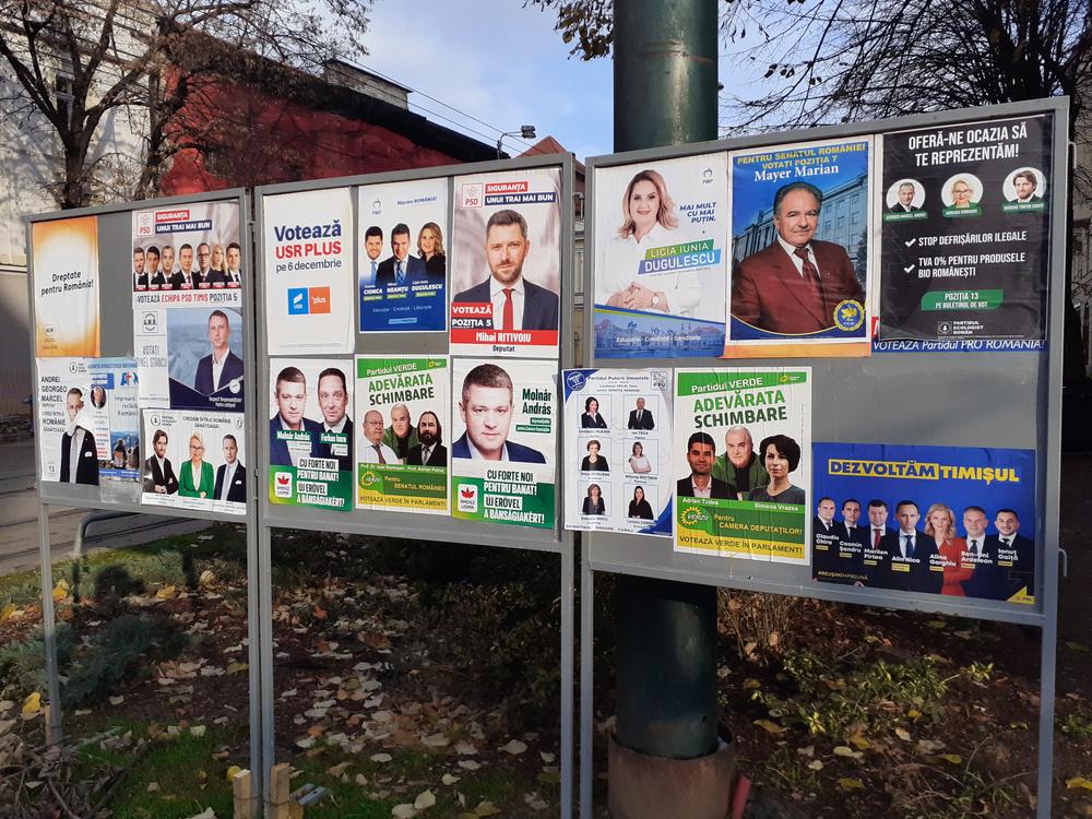 Manifesti elettorali per le politiche in Romania del 6 dicembre 2020 (© Adrian Pacurariu/Shutterstock)