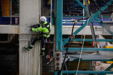 Bucarest, operaio edile sospeso in aria