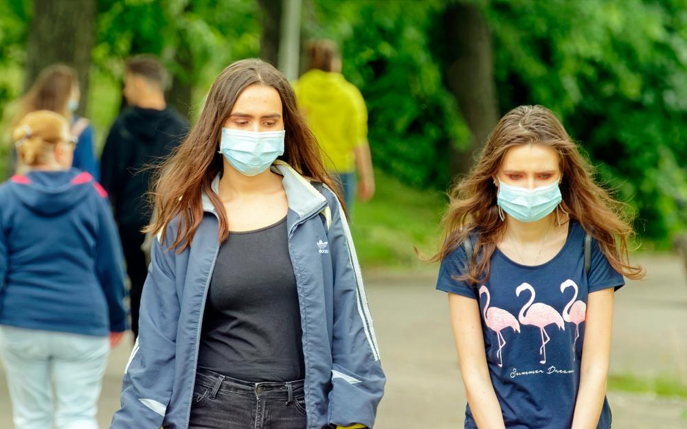 Due ragazze a Bucarest nel 2020 (© Mircea Iancu/Shutterstock)