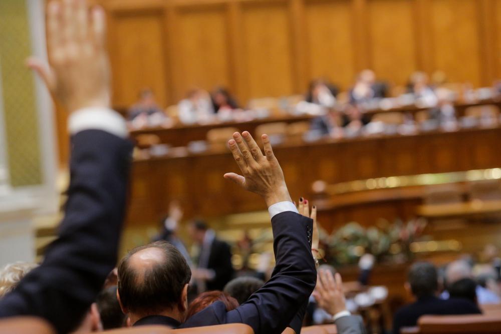 I membri del parlamento rumeno votano alzando le mani