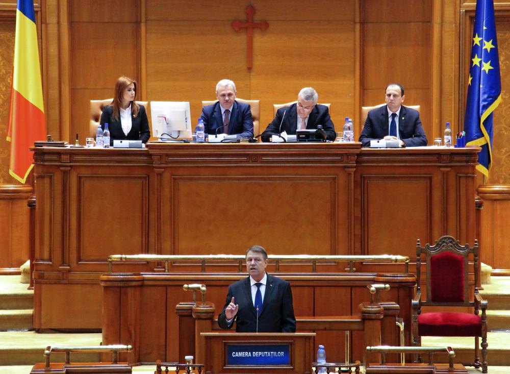 Il presidente Iohannis si rivolge al parlamento romeno (foto LCV/Shutterstock)