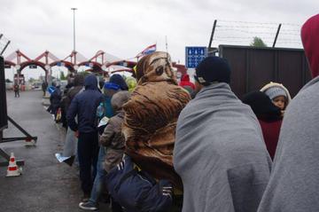 Profughi in attesa, al confine - foto di © Stefano Lusa.jpg