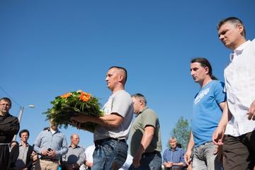 Veterani partecipano insieme ad una commemorazione a Laništa, Brčko (2015, Foto CNA Sarajevo/Belgrado)