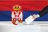 Rappresentazione di un elettore che inserisce la scheda nell'urna sullo sfondo della bandiera serba