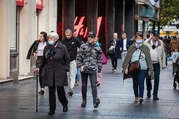 Belgrado, persone che passeggiano per il centro città, alcune con mascherina altre senza (© BalkansCat/Shutterstock)