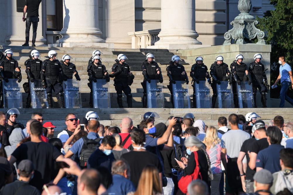 Grupa ljudi protestira ispred kordona policije u Beogradu