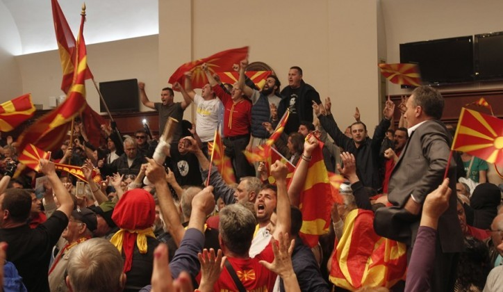 Scontri al parlamento di Skopje