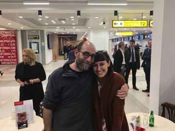 Mauro Donato all'aeroporto di Belgrado con la volontaria Gloria Gemma, foto One Bridge to Idomeni.jpg