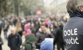"""""""Abbasso Vučić"""", immagine delle proteste di un anno fa (© Marko Marcello/Shutterstock)"""