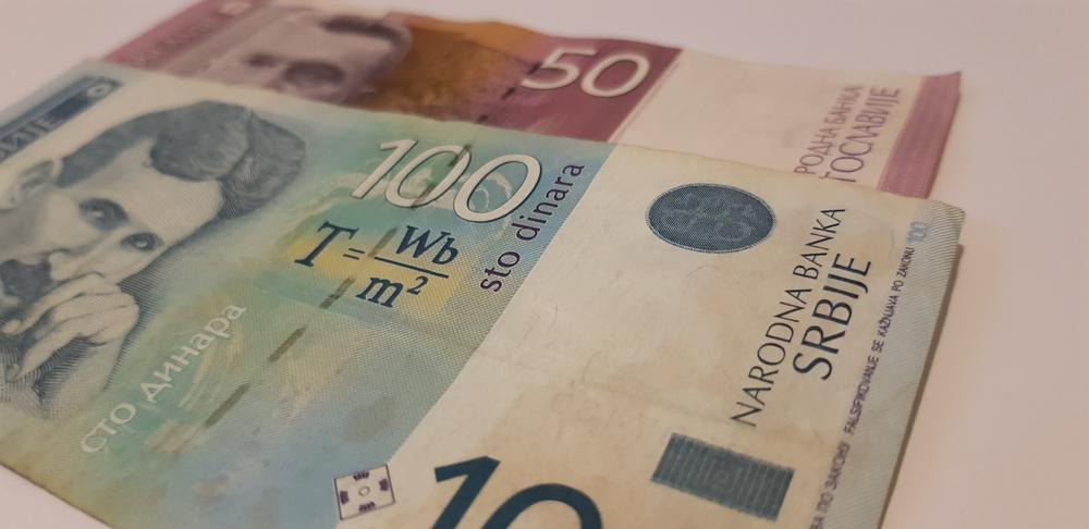Due banconote, rispettivamente da cento e cinquanta dinari serbi