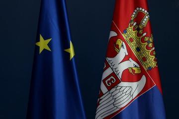 Bandiere della Serbia e dell'Unione europea - © goja1/Shutterstock