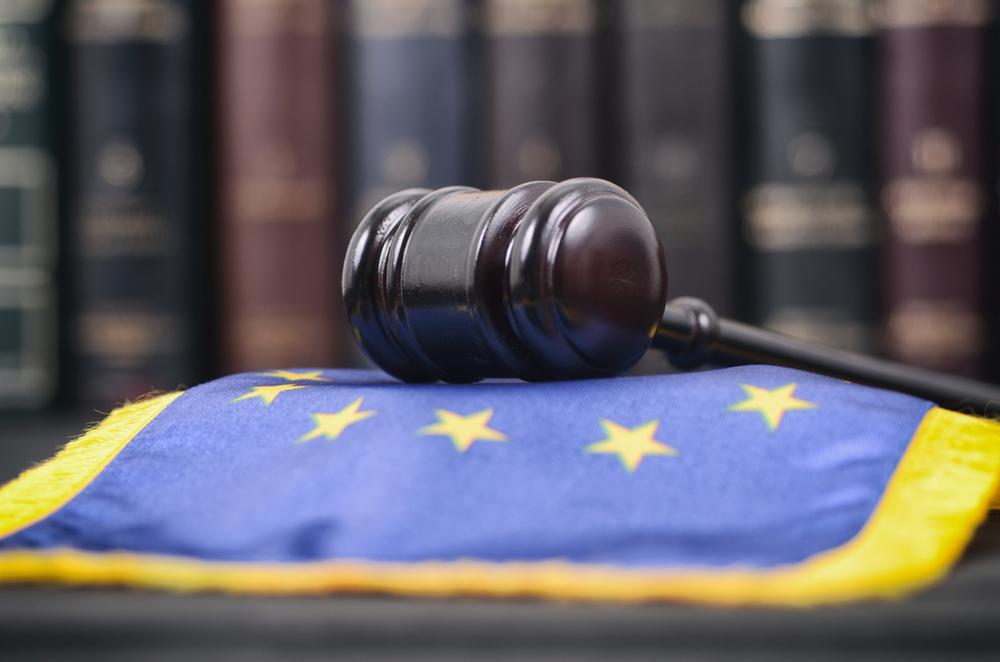 Mrtelletto da giudice appoggiato su un cuscino blu con le stelle dell'UE © corgarashu/Shutterstock