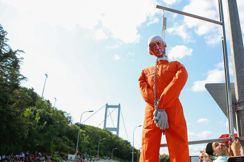 Un fantoccio raffigurante Fetullah Gülen viene impiccato durante manifestazioni di piazza ad Istanbul nel 2017 (@ deepspace/Shutterstock)