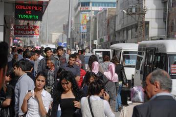 Gente che passeggia a Van, Turchia - © Vlad Karavaev/Shutterstock