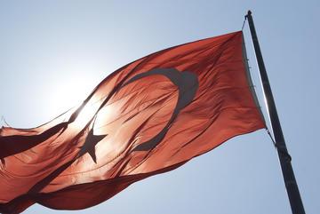 Bandiera turca al sole, foto Julius Cruickshank - Flickr.jpg