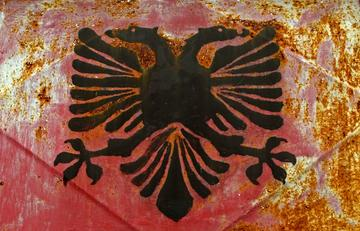 Simbolo dell'UÇK a Isniq, Kosovo - © Attila JANDI/Shutterstock