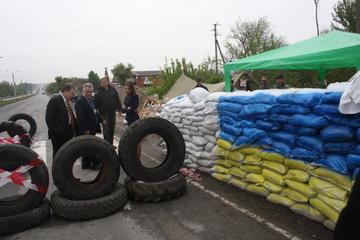 Checkpoint a Dnipropetrovsk -  visita Assemblea OSCE di aprile 2014.jpg