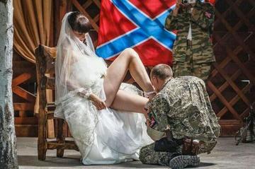 """Durante il matrimonio di Arsen Pavlov detto """"Motorola"""" ed Elena Konkina"""
