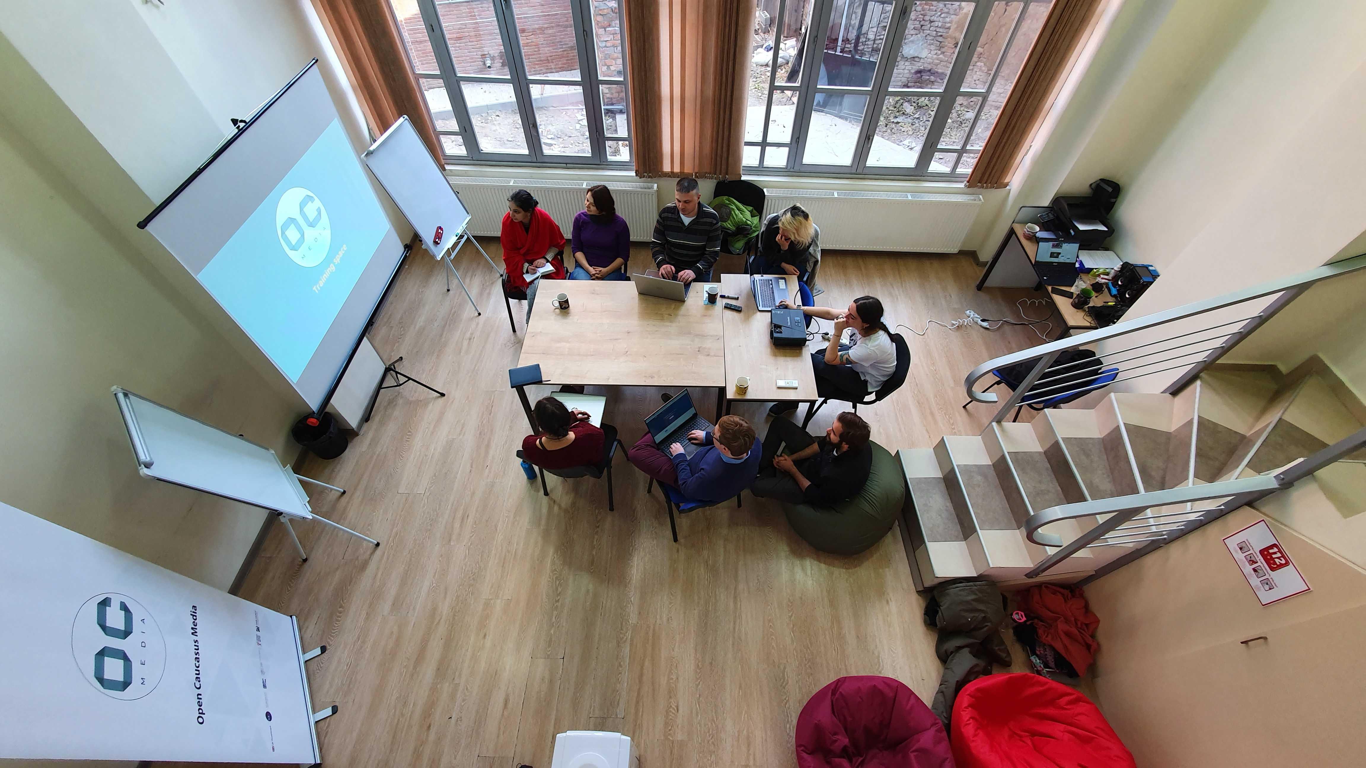 Giovani giornalisti al lavoro presso la sede di OC Media - OC Media