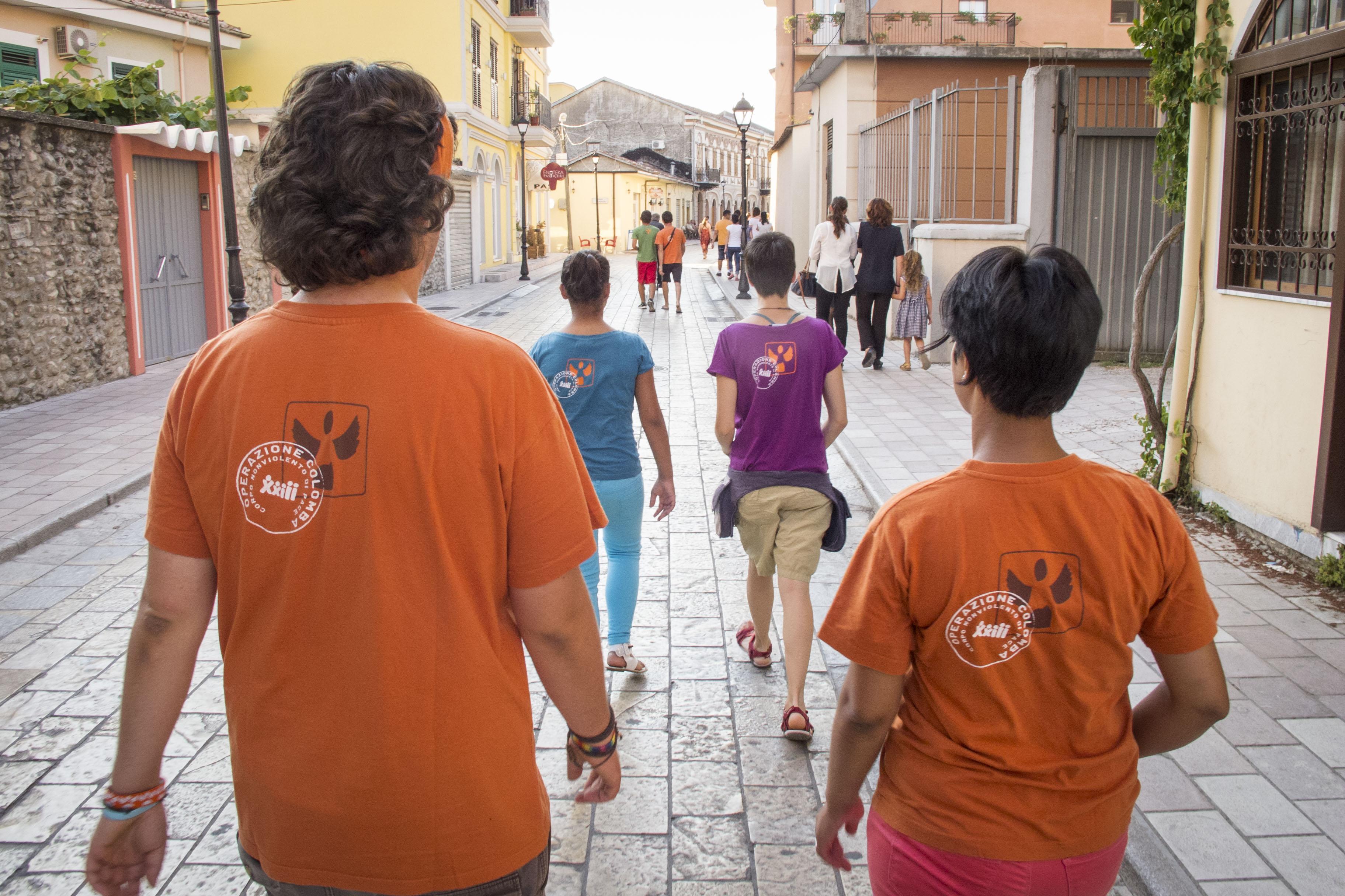 I volontari di OC si recano nel centro di Scutari per dare vita alla manifestazione mensile contro le vendette di sangue. (Foto di Operazione Colomba)