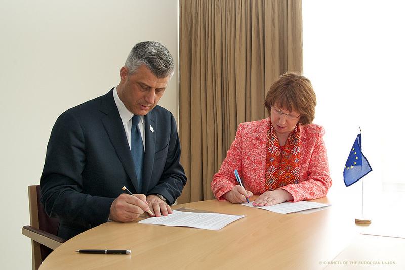Hashim Thaçi firma l'accordo a Bruxelles in presenza di Catherine Ashton