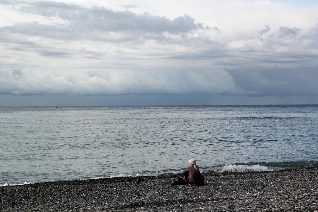 Donna guarda il mare a Sukhumi