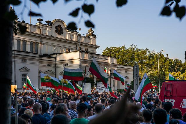 Sofia, proteste davanti al parlamento