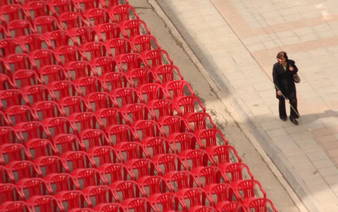 Sarajevo 6 aprile, uno sguardo sulle sedie rosse - foto di Michele Biava