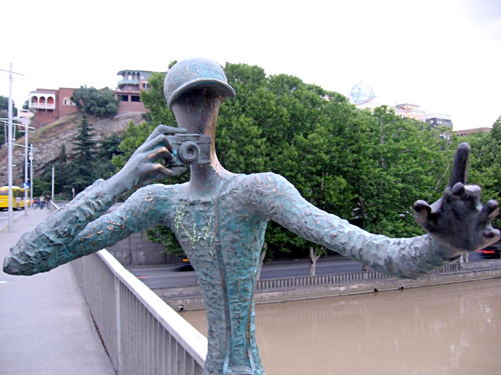 Statua di fotografo su un ponte di Tbilisi