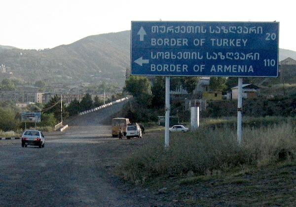 Un cartello in territorio georgiano che indica il confine con Turchia e Armenia