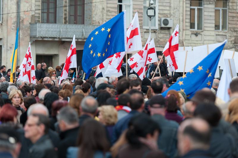Bandiere georgiane e dell'UE alla manifestazione anti russa a Tbilisi (foto O. Krikorian)