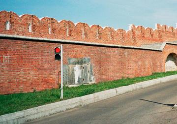 Strada in salita e semaforo rosso lungo le mura del Cremlino di Kazan, sede dei negoziati