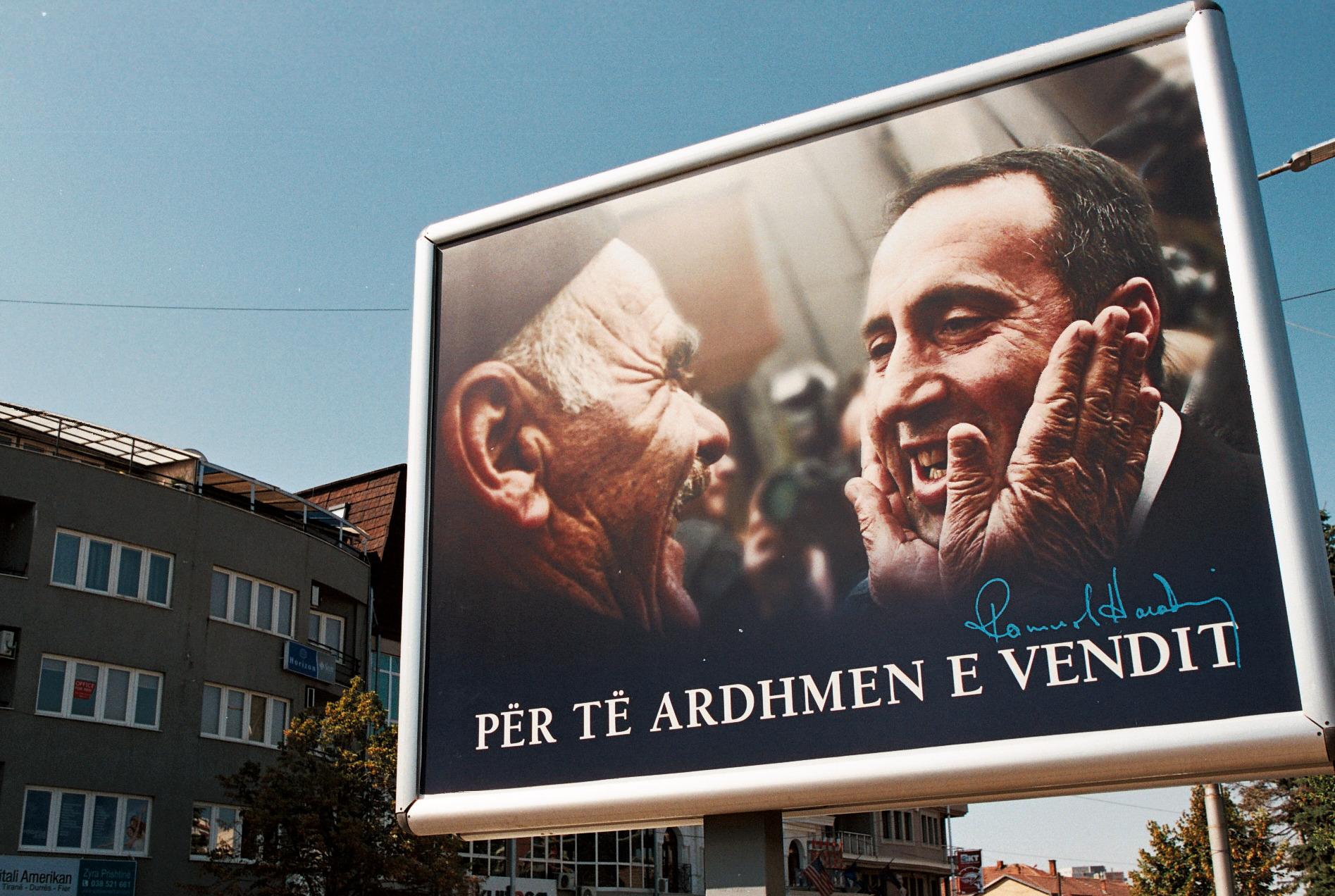 Cartellone inneggiante a Ramush Haradinaj