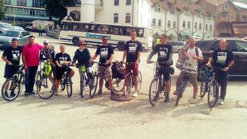 Il gruppo di ciclisti a Srebrenica (foto Donne in Nero)