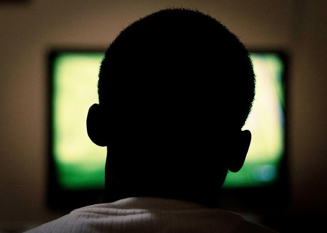 Guardando la tv (foto Al Ibrahim)