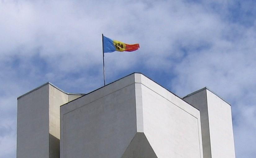 La bandiera moldava sulla sede della presidenza della repubblica a Chişinău