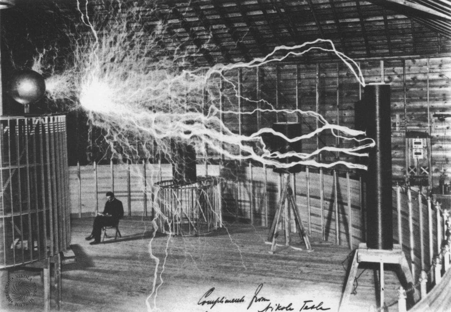 Nikola Tesla durante un suo esperimento
