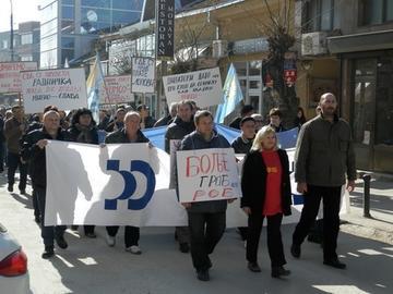 Marcia di protesta degli operai della Yumco (foto: okradio)